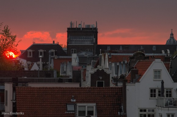 Ook in Amsterdam gaat de zon onder. The sun sets also in Amsterdam.